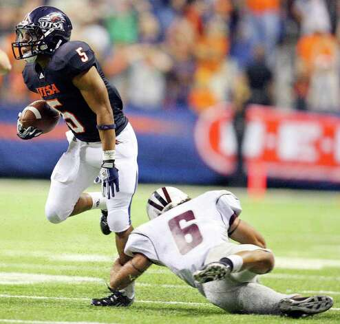 UTSA's Brandon Armstrong looks for room around McMurry's D.J. Baiza on the final play of the game Saturday Sept. 10, 2011 at the Alamodome. Photo: EDWARD A. ORNELAS, Express-News / SAN ANTONIO EXPRESS-NEWS (NFS)