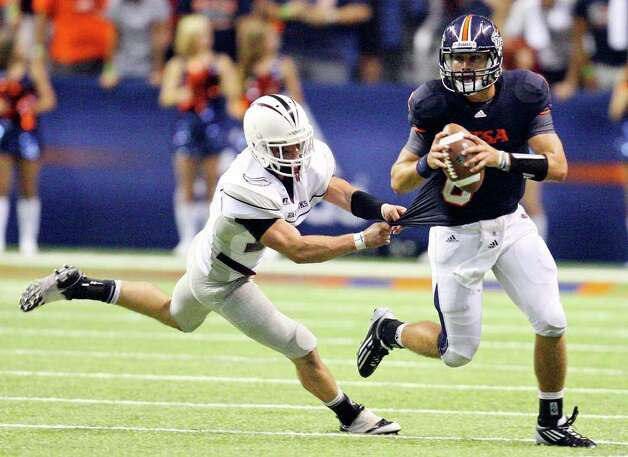 UTSA's Eric Soza tries to shake the tackle of McMurry's Jimmy Terrell during second half action Saturday Sept. 10, 2011 at the Alamodome.  McMurry won 24-21. Photo: EDWARD A. ORNELAS, Express-News / SAN ANTONIO EXPRESS-NEWS (NFS)