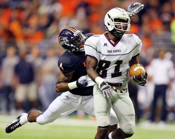 UTSA's Crosby Adams tackles McMurry's Simeon Neal on a pass play during first half action Sept. 10, 2011 at the Alamodome. Photo: EDWARD A. ORNELAS, Express-News / SAN ANTONIO EXPRESS-NEWS (NFS)