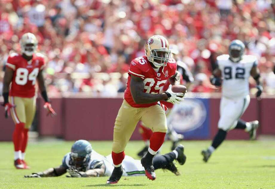 Vernon Davis #85 of the San Francisco 49ers runs with the ball after making a catch against the Seattle Seahawks. Photo: Ezra Shaw, Getty Images / 2011 Getty Images