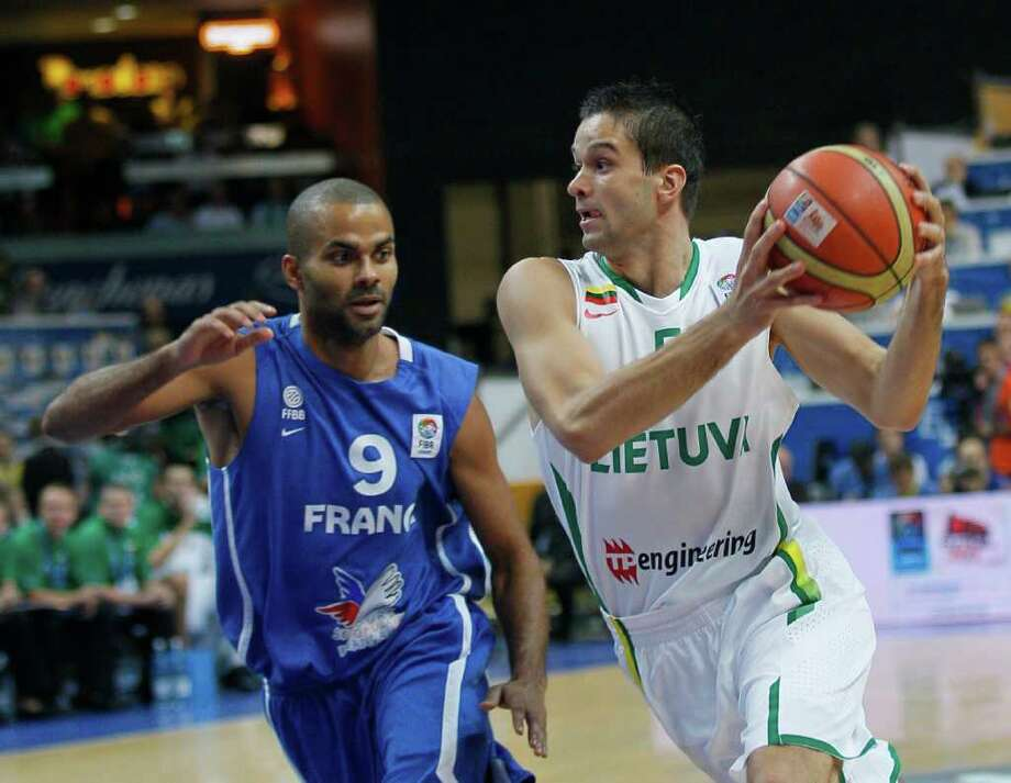 Lithuania's Mantas Kalnietis, right, challenges for the ball with France's Tony Parker, during their EuroBasket European Basketball Championship Group E match in Vilnius, Lithuania, Friday Sept. 9, 2011. Photo: Darko Vojinovic/Associated Press / AP