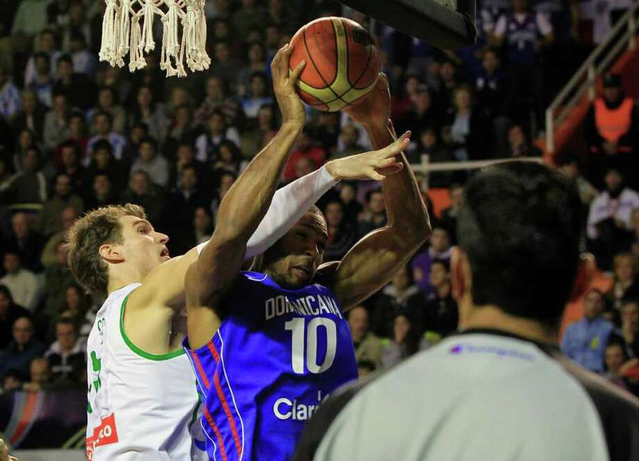 Brazil's Tiago Splitter, left, tries to block a shot by Alfredo Horford of the Dominican Republic in their FIBA Americas Championship semi-final basketball game in Mar del Plata, Argentina, Saturday Sept. 10, 2011. Photo: Martin Mejia/Associated Press