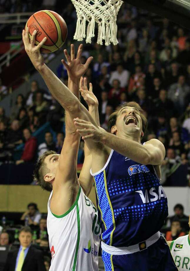 Argentina's Guillermo Kammerichs, right, goes to the basket against Brazil's Tiago Splitter in their FIBA Americas Championship final basketball game in Mar del Plata, Argentina, Sunday Sept. 11, 2011. Photo: Martin Mejia/Associated Press