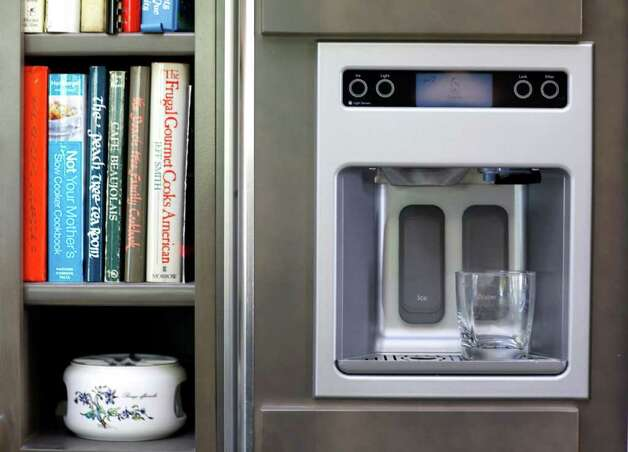 An under-counter fridge for drinks makes up for space lost in giving up two refrigerators for a built-in unit. Photo: WILLIAM LUTHER, SAN ANTONIO EXPRESS-NEWS / 2011 SAN ANTONIO EXPRESS-NEWS