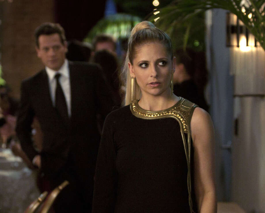 "Sarah Michelle Gellar plays the dual role of twin sisters Siobhan Martin and Bridget Kelly on the new CW drama ""Ringer."" ART STREIBER / THE CW / ©2011 THE CW. ALL RIGHTS RESERVED"