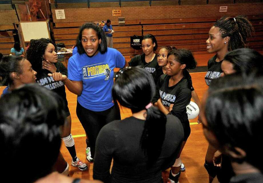 La'Kyva Walton talks to her volleyball players during practice at Ozen High School on Monday. Walton is a former collegiate coach. Photo: Guiseppe Barranco