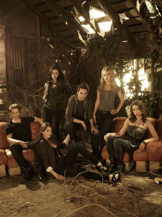 THE CW IMPOSSIBLY ATTRACTIVE CAST: The Secret Circle stars Louis Hunter, from left, Shelley Hennig, Phoebe Tonkin, Thomas Dekker, Britt Robertson and Jessica Parker Kennedy. Photo: Frank Ockenfels III / ©2011 The CW Network, LLC. All rights reserved.