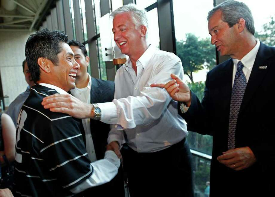 SPORTS; SOC SCORPIONS JERSEYS JMS; 06/02/11; Mexican soccer superstar Jorge Campos, from the left, shakes hands with NASL Scorpions team owner Gordon Hartman and NASL commissioner David Downs after Campos unveiled the new team jersey at a press conference, Thursday evening, June 2, 2011, at the Hyatt Regency in San Antonio. ( Photo by J. Michael Short / SPECIAL ) Photo: J. MICHAEL SHORT, J. MICHAEL SHORT FOR HARD ROCK CAFE / THE SAN ANTONIO EXPRESS-NEWS