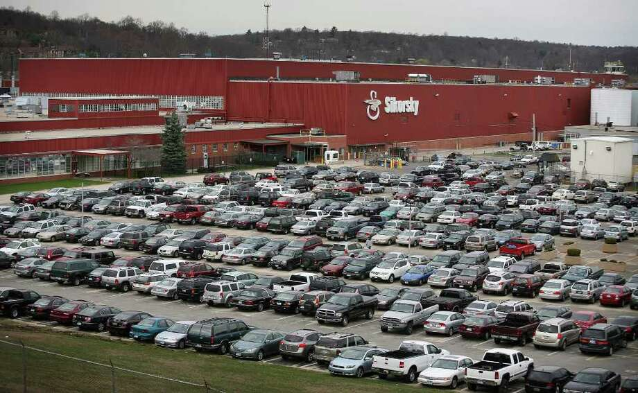Hundreds of employee cars fill the parking lots at Sikorsky Helicopters in Stratford in march 2010. Photo: Brian A. Pounds, ST / Connecticut Post