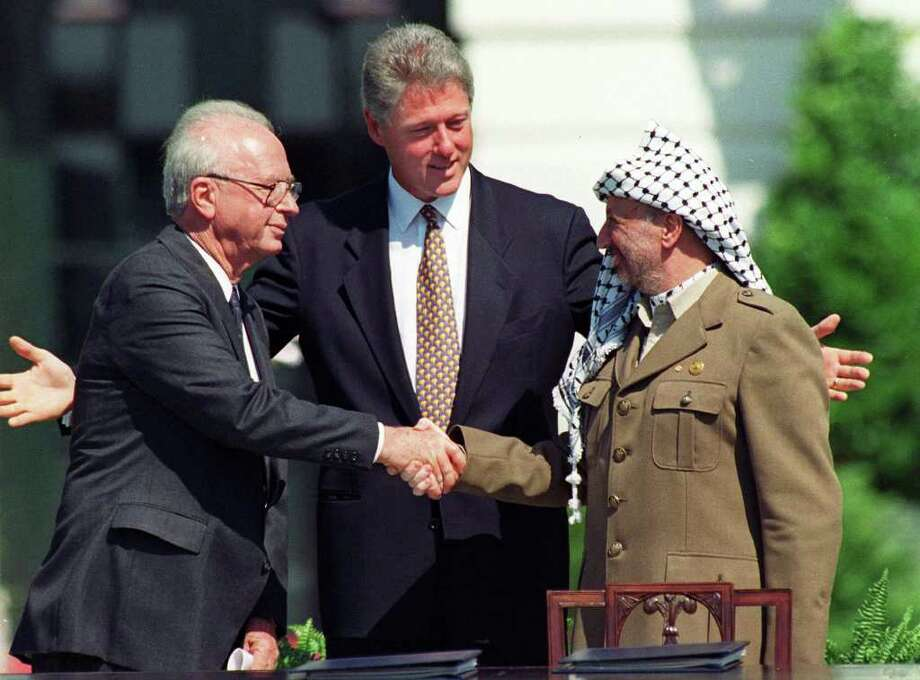 RON EDMONDS: AP PHOTO OSLO ACCORDS: President Bill Clinton presides over White House ceremonies marking the signing of the peace accord between Israel and the Palestinians with Israeli Prime Minister Yitzhak Rabin, left, and Palestinian leader Yasser Arafat, right, in Washington in 1993. Photo: RON EDMONDS / AP