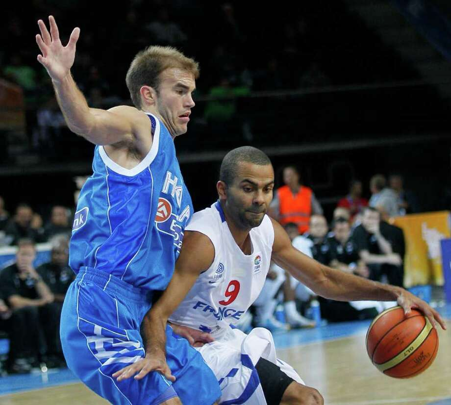 France's Tony Parker, right, challenges for the ball with Greece's Nick Calathes, during their quarter final EuroBasket European Basketball Championship match in Kaunas, Lithuania, Thursday Sept. 15, 2011. Photo: Darko Vojinovic, Darko Vojinovic/Associated Press / AP