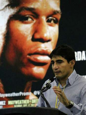 Mexican boxing star Erik Morales promotes the upcoming Floyd Mayweather versus Victor Ortiz fight during a press conference at the Alamodome on Thursday, Aug. 4, 2011. Morales will be fighting Lucas Matthysse for the WBC Super Lightweight World title on the same fight card on September 17 in Las Vegas. Kin Man Hui/kmhui@express-news.net Photo: KIN MAN HUI, SAN ANTONIO EXPRESS-NEWS / SAN ANTONIO EXPRESS-NEWS