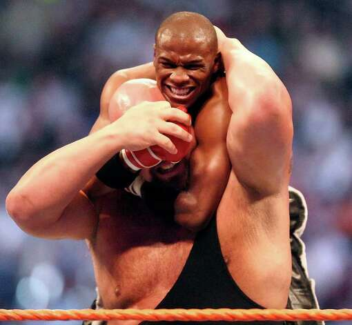 The Big Show wrestles Floyd Mayweather Jr., top, during WrestleMania XXIV at the Citrus Bowl on Sunday, March 30, 2008 in Orlando, FL. (AP Photo/Orlando Sentinel, Jacob Langston) ** AILY SUN OUT, DAYTONA BEACH NEWS-JOURNAL OUT, LEESBURG COMMERCIAL OUT, PALM BEACH POST OUT, MIAMI HERALD OUT, NUEVA DIA OUT, MAGS OUT, TV OUT, NO SALES ** Photo: Jacob Langston, AP / Orlando Sentinel