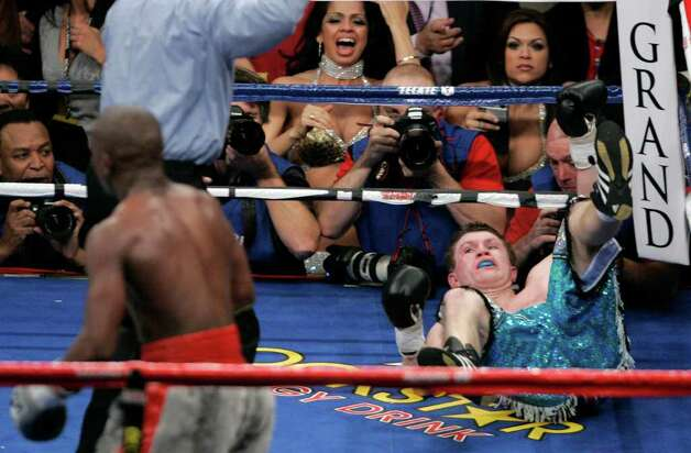 Floyd Mayweather Jr., left, knocks out Ricky Hatton, of Great Britain, in the 10th round of their WBC welterweight boxing title fight at the MGM Grand hotel-casino in Las Vegas, Saturday, Dec. 8, 2007. Photo: Reed Saxon, AP / AP
