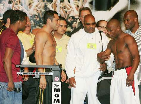 Las Vegas, UNITED STATES: Floyd Mayweather Jr, (R) beckons Oscar De La Hoya to come closer as they face off during the official weigh-in 04 May 2007 at the MGM Grand Hotel in Las Vegas. De La Hoya will face Mayweather for the WBC super welterweight world championship belt 05 May in Las Vegas. AFP PHOTO / Robyn BECK Photo: ROBYN BECK, AFP/Getty Images / 2007 AFP
