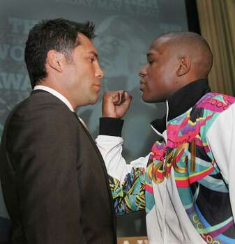 New York, UNITED STATES: US boxers Oscar De La Hoya (L) and Floyd Mayweather face off 20 February 2007 during a news conference in New York. The two champions are scheduled to fight 05 May at the MGM Hotel in Las Vegas.      AFP PHOTO/Don EMMERT Photo: DON EMMERT, AFP/Getty Images / 2007 AFP