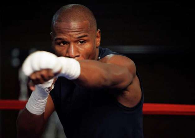 Undefeated boxer Floyd Mayweather Jr. shadow boxes during the grand opening of the Mayweather Boxing Club in Las Vegas, Nevada April 17, 2007. Mayweather will challenge Oscar De La Hoya for the WBC 154 lb. title at the MGM Grand Garden Arena in Las Vegas May 5, 2007. REUTERS/Steve Marcus/Las Vegas Sun (UNITED STATES) Photo: STEVE MARCUS, REUTERS / X00642