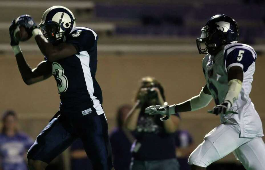 Elsik's Ishmael Zamora (3) makes a touchdown reception past Angleton's Zackarius Addison during the