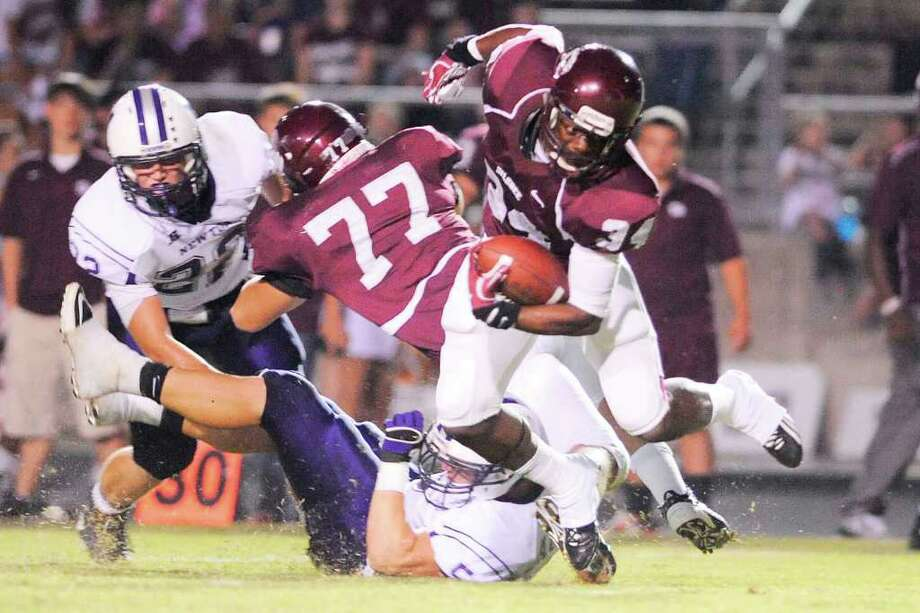 Silsbee running back Floyd Spearman (34) cuts through the Newton defense in the first half of their game at Silsbee High School on Friday, September 16, 2011. Valentino Mauricio/The Enterprise Photo: Valentino Mauricio