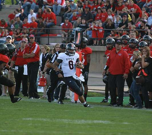 UTSA quarterback Eric Soza carries the ball against Southern Utah on Saturday. Asher Swan/University Journal, Special to the Express-News Photo: Express-News