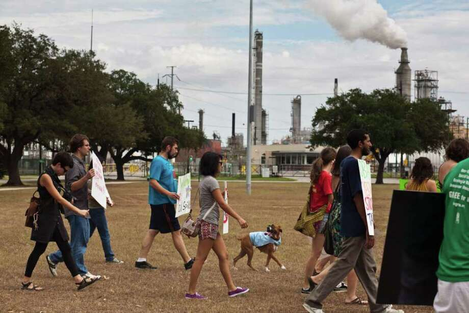 ERIC KAYNE : FOR THE CHRONICLE ACTIVISTS: Community groups protest Sunday in the Manchester neighborhood, near a Valero refinery. Photo: Eric Kayne / © 2011 Eric Kayne