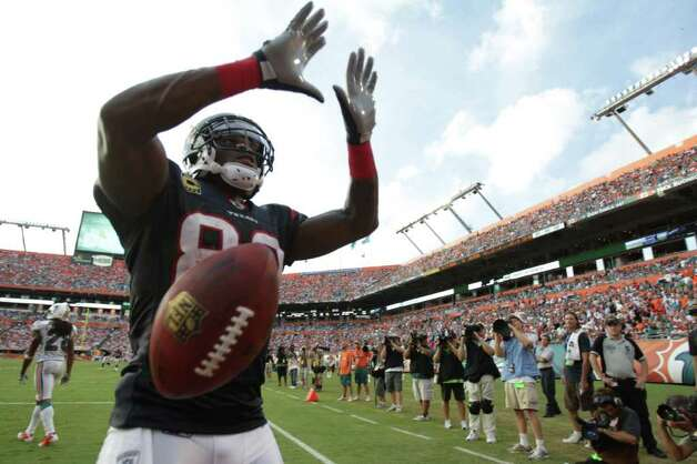 U-TURN: Texans receiver Andre Johnson makes a University of Miami sign after scoring a touchdown in the fourth quarter. Johnson grew up in Miami and played for the school. He also bought 170 tickets for family and friends. Photo: Nick De La Torre / © 2011 Houston Chronicle