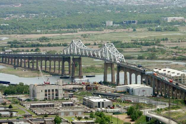 The Goethals Bridge spans the Arthur Kill linking Elizabeth, New Jersey, bottom, with the Howland Hook area of Staten Island, New York. ARISTIDE ECONOMOPOULOS/THE STAR-LEDGER Photo: Economopoulos, Aristide, SL / The Star Ledger