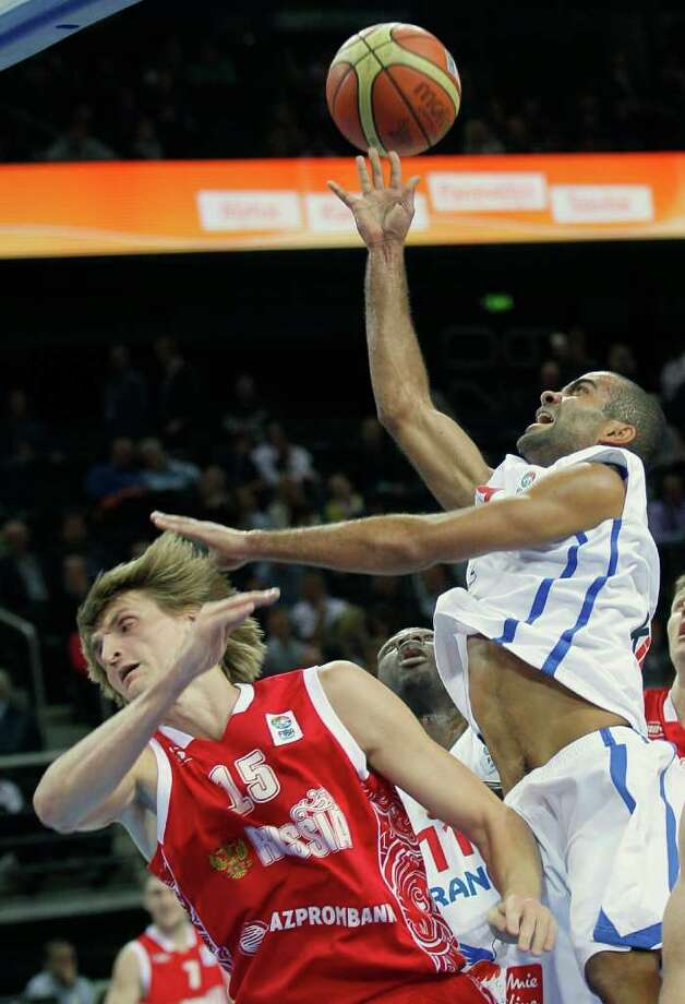 France's Tony Parker, right, challenges for the ball with Russia's Andrei Kirilenko during their semifinal EuroBasket European Basketball Championship match in Kaunas, Lithuania, Friday, Sept. 16, 2011. Photo: Darko Vojinovic/Associated Press / AP