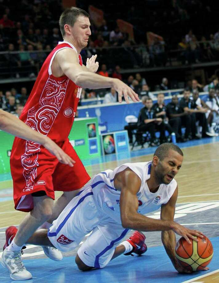France's Tony Parker, right, challenges for the ball with Russia's Vitally Fridzon, during their semifinal EuroBasket European Basketball Championship match in Kaunas, Lithuania, Friday, Sept. 16, 2011. Photo: Darko Vojinovic/Associated Press / AP