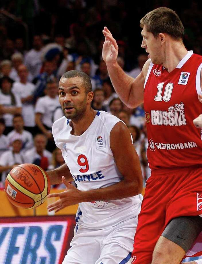 France's Tony Parker, left, is challenged by Russia's Victor Khryapa during the EuroBasket 2011 European Basketball Championships semifinal match in Kaunas, Lithuania, Friday, Sept. 16, 2011. Photo: Mindaugas Kulbis/Associated Press / AP