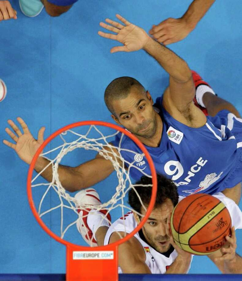Spain's Jose Calderon, front, challenges for the ball with France's Tony Parker, during their EuroBasket European Basketball Championship gold medal match in Kaunas, Lithuania, Sunday Sept. 18, 2011. Photo: Darko Vojinovic/Associated Press / AP
