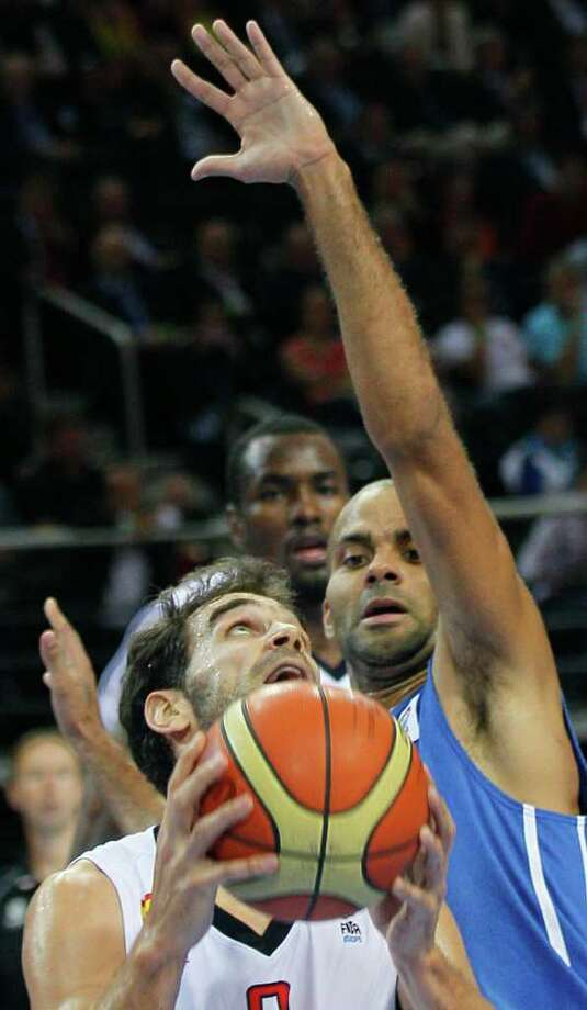 Spain's Jose Calderon, left, challenges for the ball with France's Tony Parker, during their EuroBasket European Basketball Championship gold medal match in Kaunas, Lithuania, Sunday Sept. 18, 2011. Photo: Darko Vojinovic/Associated Press / AP