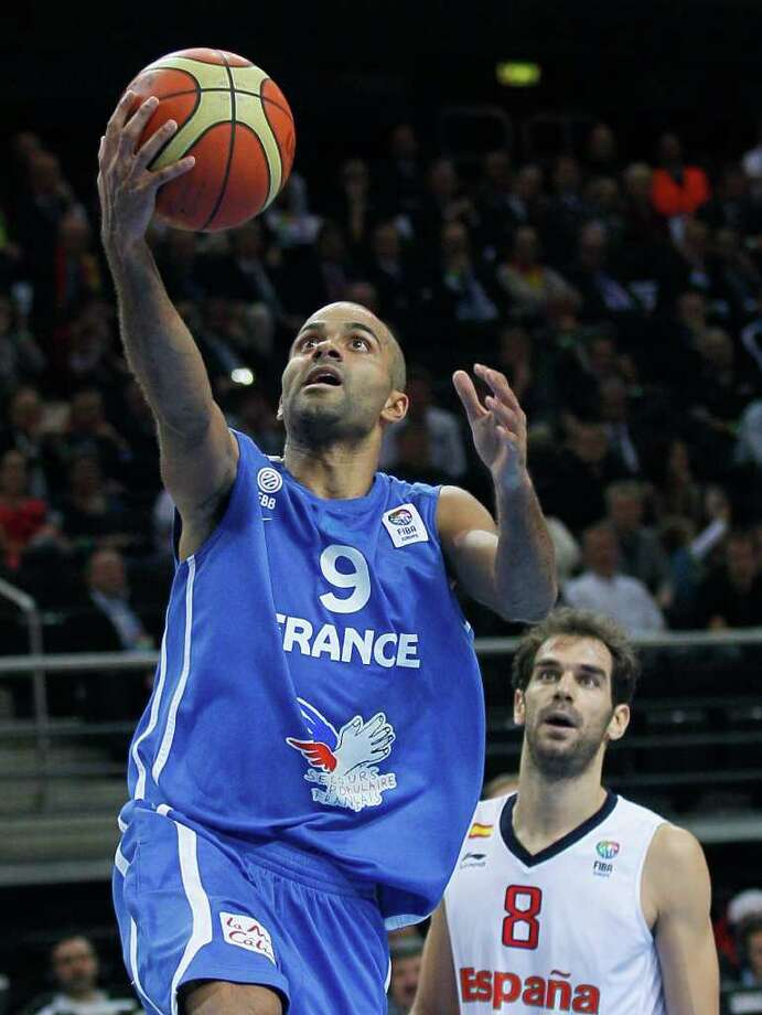 France's Tony Parker, left, scores next to Spain's Jose Calderon, during their EuroBasket European Basketball Championship gold medal match in Kaunas, Lithuania, Sunday Sept. 18, 2011. Photo: Darko Vojinovic/Associated Press / AP