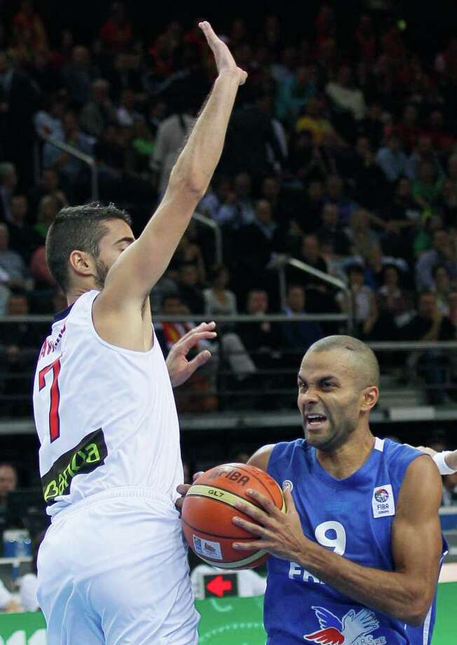 France's Tony Parker, right, challenges for the ball with Spain's Juan Carlos Navaro, during their EuroBasket European Basketball Championship gold medal match in Kaunas, Lithuania, Sunday Sept. 18, 2011. Photo: Darko Vojinovic/Associated Press / AP