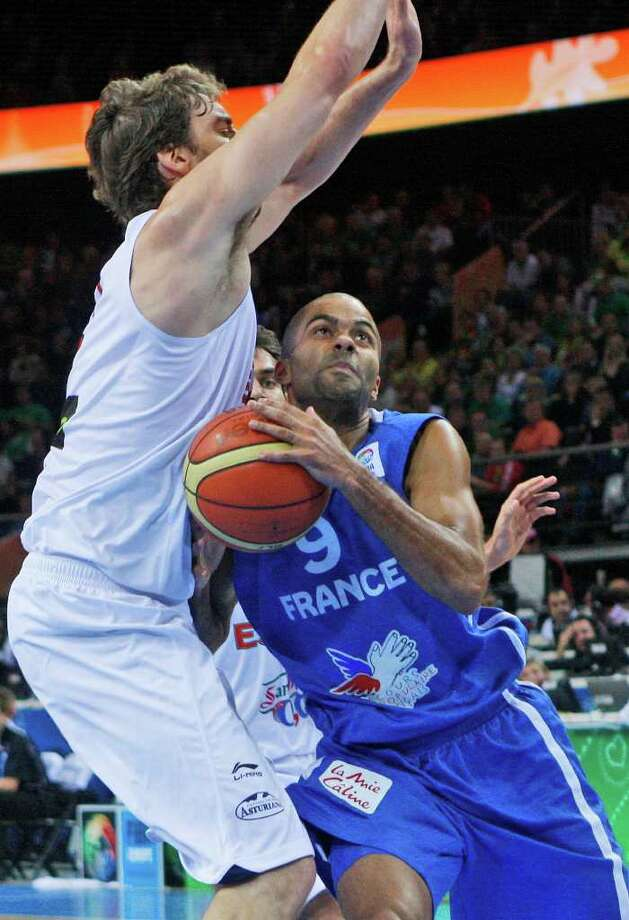 Pau Gasol, left, from Spain tries to block Tony Parker, right, from France during the EuroBasket European Basketball Championship gold medal match in Kaunas, Lithuania, Sunday, Sept. 18, 2011. Photo: Petr David Josek/Associated Press / AP