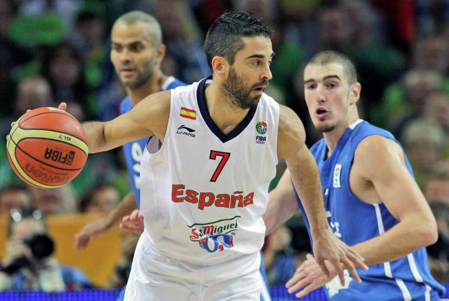 Juan Carlos Navaro, center, from Spain dribbles past Tony Parker, left, and Nando De Colo, right, both from France during the EuroBasket European Basketball Championship gold medal match in Kaunas, Lithuania, Sunday, Sept. 18, 2011. Photo: Petr David Josek/Associated Press / AP
