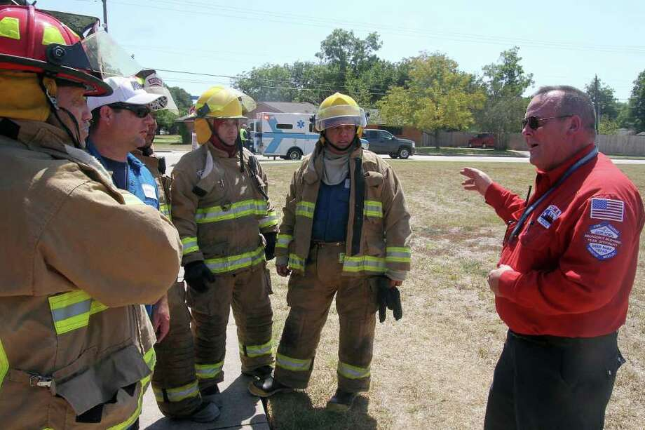 PIN LIM PHOTOS: FOR THE CHRONICLE READY FOR ACTION: Drill Coordinator Kevin Deshazo gives instructions to first responders at Thirteenth and Meadowpark during the city wide emergency drill. Photo: Pin Lim / Copyright Pin Lim.
