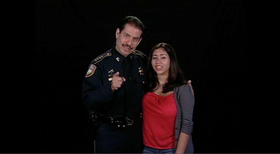 El sheriff del Condado de Harris, Adrián García, y su hija Nina hacen campaña en español contra los jóvenes que conducen en forma distraída. Photo: Houston-Galveston Area Council