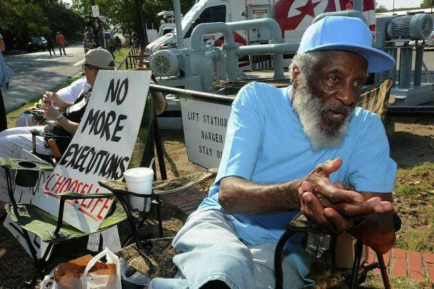 Dick Gregory, comedian and civil rights activist, fasted for 18 hours in protest of Lawrence Russell Brewer's execution.  Guiseppe Barranco/The Enterprise