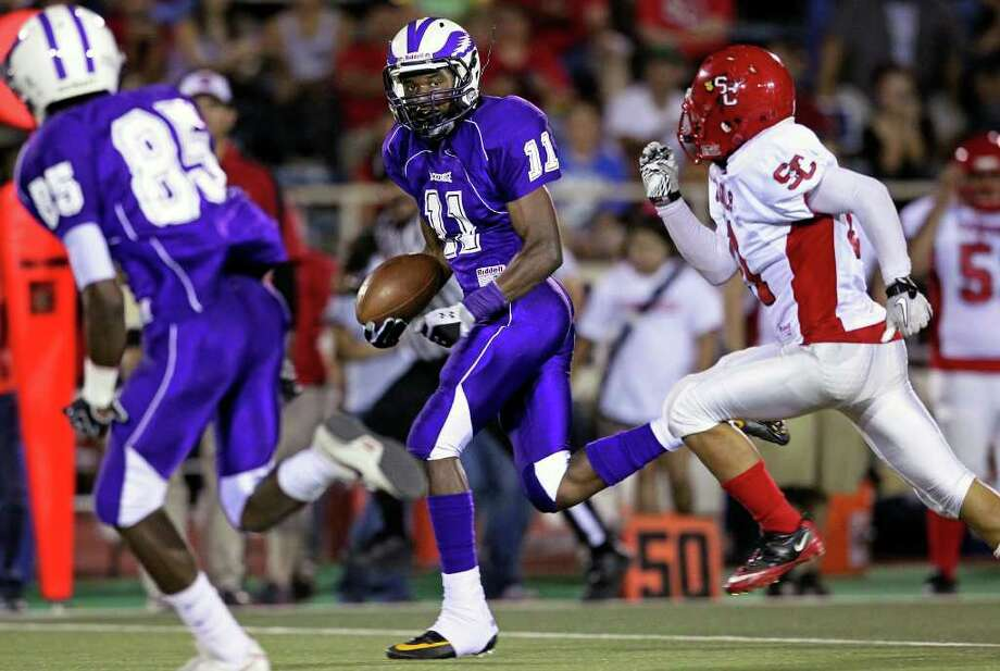 Montae Whorton gains big yards on the right sideline as Southside plays Brackenridge at Alamo Stadium on September 22, 2011.  Tom Reel/Staff Photo: TOM REEL, Express-News / © 2011 San Antonio Express-News