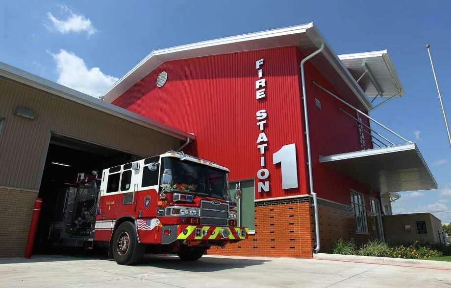 The new Fire Station No. 1 on the near East Side replaces a station built in 1938 across Houston Street from the Alamo. Firefighters have mixed feelings about moving. Photo: Kin Man Hui/kmhui@express-news.net / SAN ANTONIO EXPRESS-NEWS