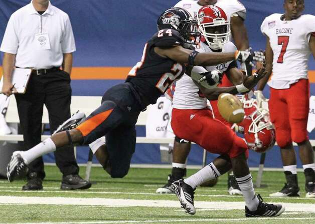 UTSA's Darrien Starling (24) breaks up a pass against Bacone's Stanley Johnson (82) in the first half at the Alamodome on Saturday, Sept. 24, 2011. Kin Man Hui/kmhui@express-news.net Photo: KIN MAN HUI, Express-News / SAN ANTONIO EXPRESS-NEWS
