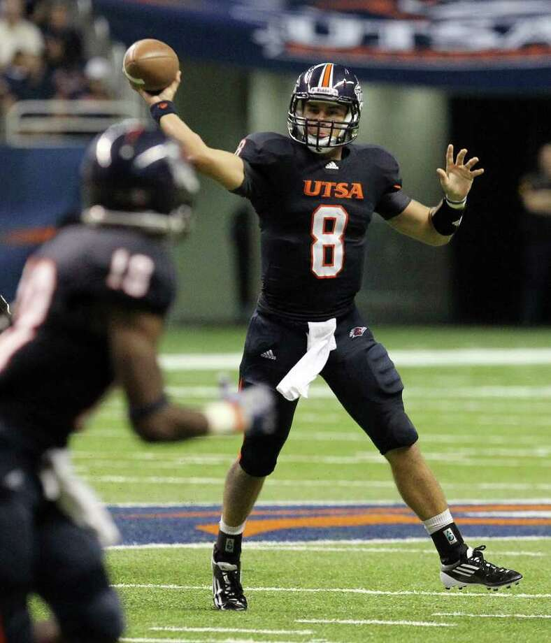 UTSA's Eric Soza (08) makes a throw on the run against Bacone in the first half at the Alamodome on Saturday, Sept. 24, 2011. Kin Man Hui/kmhui@express-news.net Photo: KIN MAN HUI, Express-News / SAN ANTONIO EXPRESS-NEWS