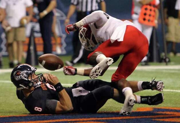UTSA's Eric Soza (08) scores a touchdown against Bacone's Chase Rettig (05) in the first half at the Alamodome on Saturday, Sept. 24, 2011. Kin Man Hui/kmhui@express-news.net Photo: KIN MAN HUI, / / SAN ANTONIO EXPRESS-NEWS