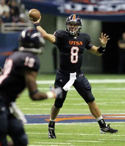 UTSA's Eric Soza (08) makes a throw on the run against Bacone in the first half at the Alamodome on Saturday, Sept. 24, 2011. Kin Man Hui/kmhui@express-news.net Photo: KIN MAN HUI, / / SAN ANTONIO EXPRESS-NEWS