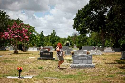 Glenda Willis walks through the Forest Park East Cemetery looking for the graves of her two friends, Rhonda Renee Johnson and Sharon Shaw, who were murdered in 1971. Photo: Michael Paulsen / © 2011 Houston Chronicle
