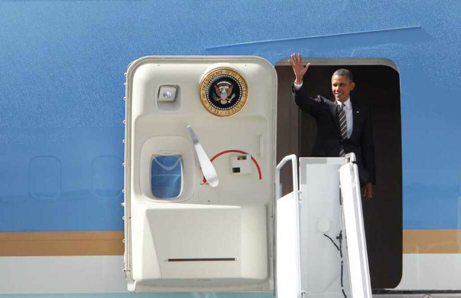 President Barack Obama waves to the crowd, Photo: JOE DYER / SEATTLEPI.COM