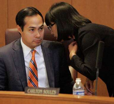 City Council member Elisa Chan bends the ear of Mayor Julián Castro during VIA's first presentation of its streetcar and expansion plans to the council. Photo: Darren Abate/Special To The Express-News