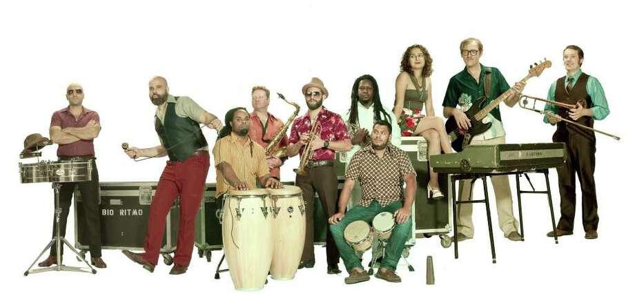 Bio Ritmo es un espectacular combo de diez músicos que se ha propuesto expandir las fronteras de la salsa mezclándola con otros estilos. Photo: Press Junkie PR
