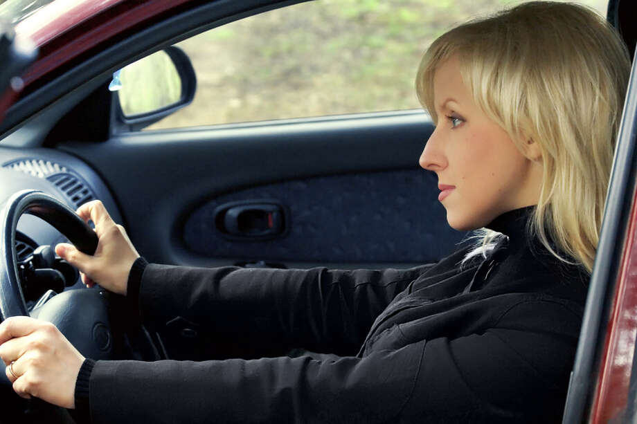 Woman driving Fotolia Photo: Fotolia